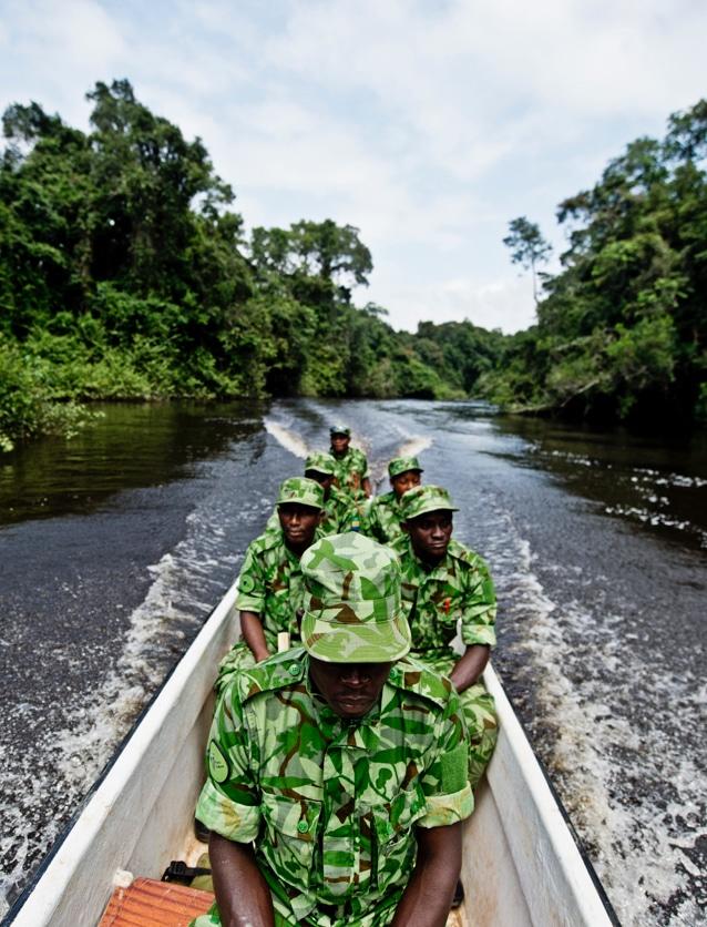 Photographie de soldats étrangers en uniforme illustrant la marque Marck.