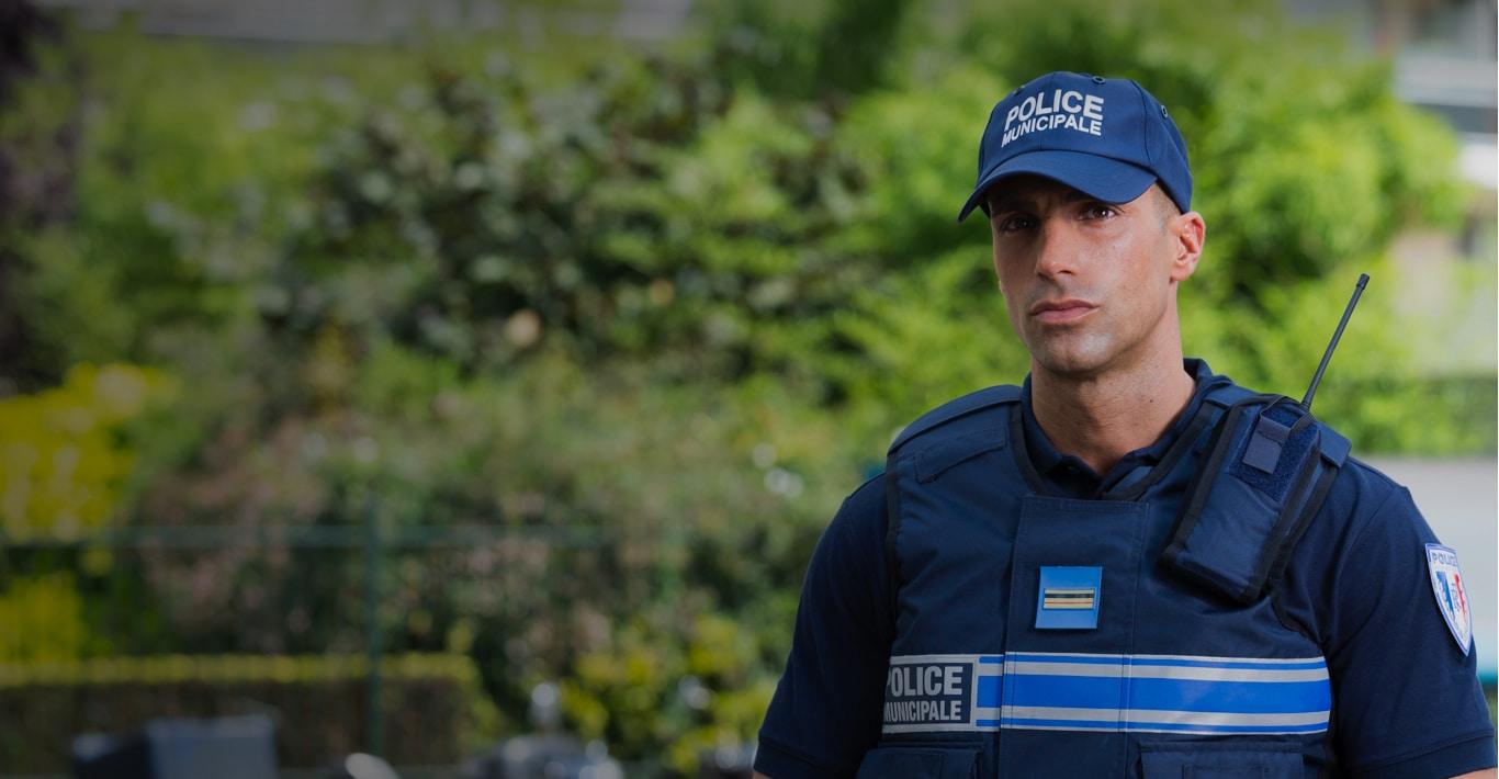 Photographie d'un policier municipal illustrant la sécurité territoriale.