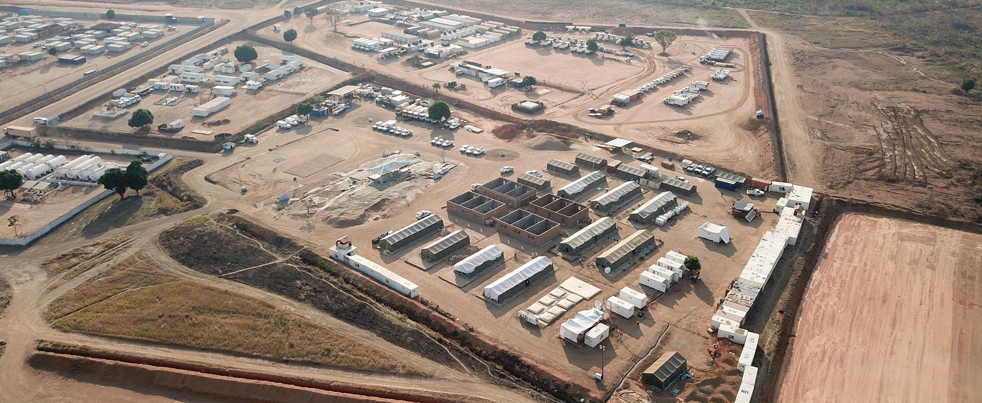 Photographie d'un campement OMP Solutions vu du ciel.