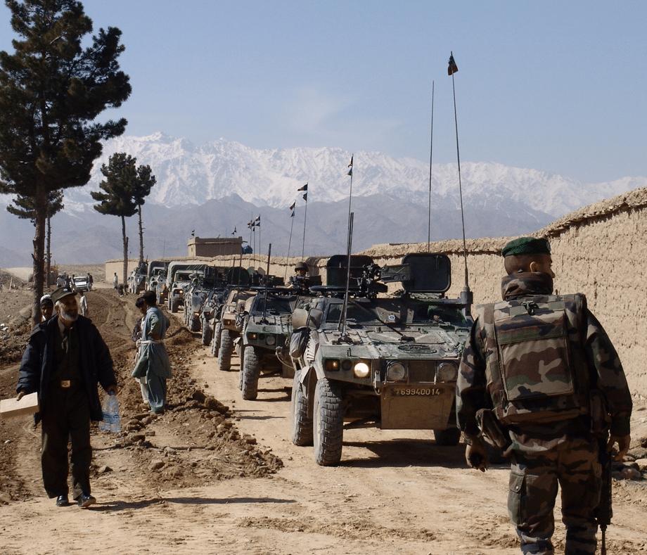 Photographie de véhicules militaires sur le terrain illustrant la marque Sofexi.