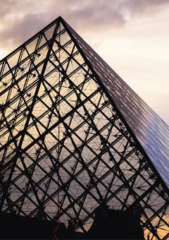 Vignette de la pyramide du Louvre illustrant les institutions publiques.