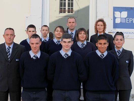 Photographie de jeunes portant l'uniforme de l'EPIDE