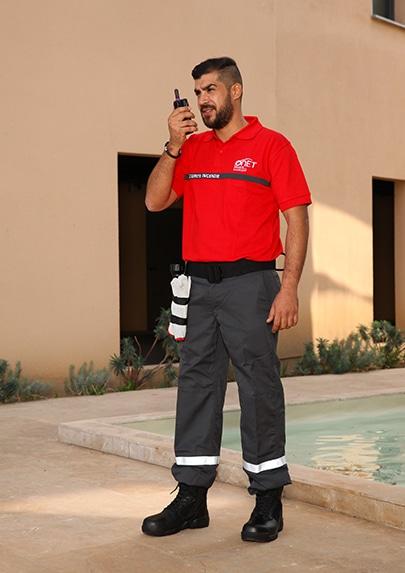 Photographie d'une tenue de sécurité privée de la société Onet en situation.
