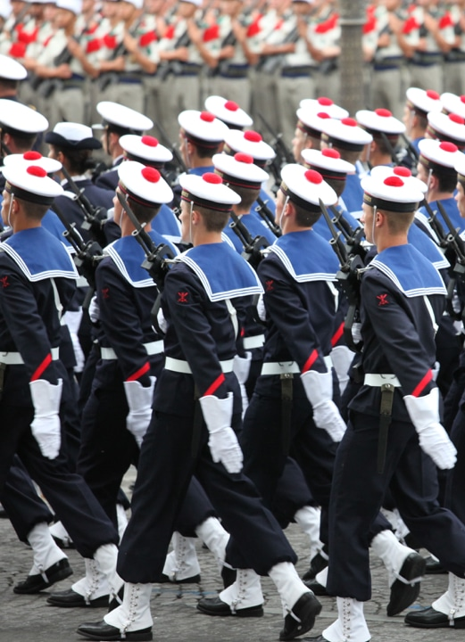 Photographie d'un défilé de la Marine Nationale Française.