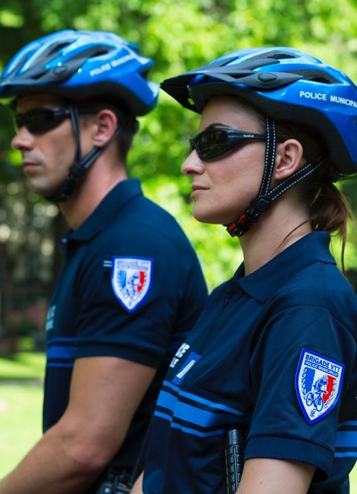 Focus sur l'uniforme d'une brigade VTT de la police municipale en situation.