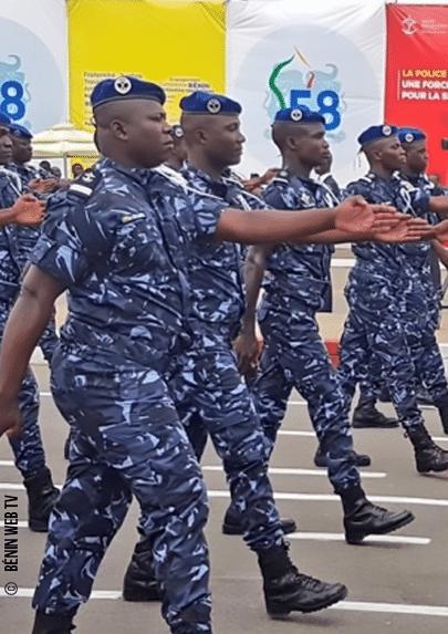 Photographie d'un défilé militaire de la police républicaine du Bénin.