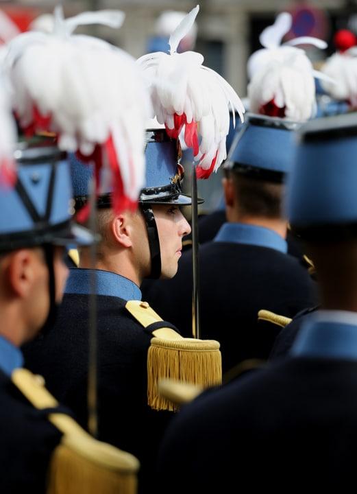 Zoom sur l'uniforme de l'école Saint-Cyr lors d'un défilé de cérémonie.