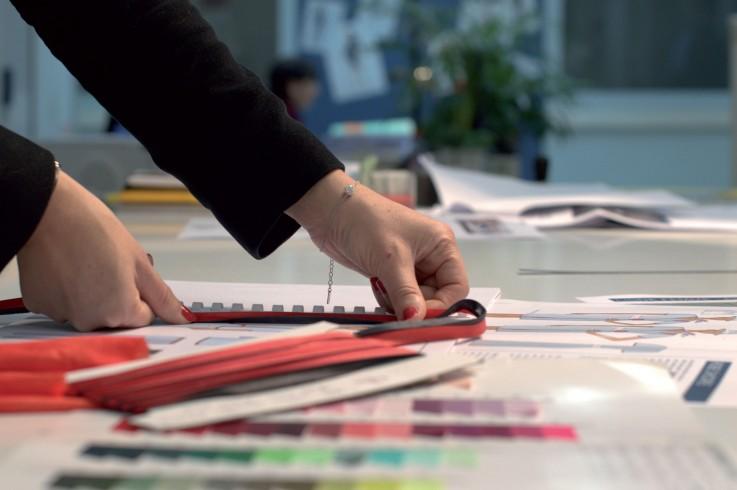 Photographie d'une styliste travaillant sur la recherche de tissu.