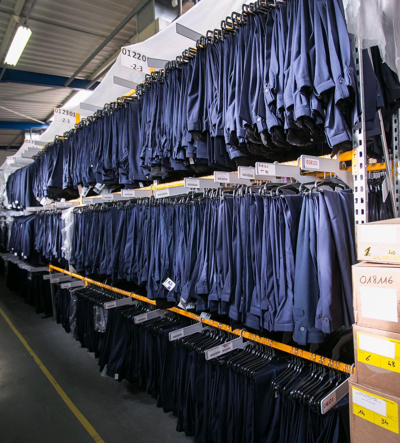 Photographie d'une série de pantalon d'uniforme illustrant le développement durable.