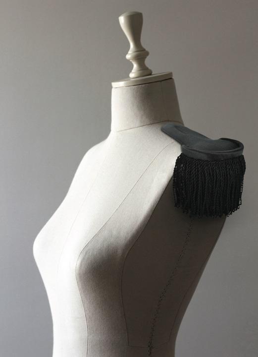 Photographie d'un buste et d'une épaulette Haute Couture.