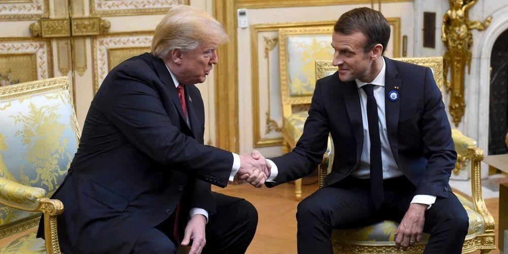 Photographie d'Emmanuel Macron portant le bleuet du Groupe Marck.