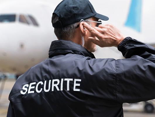Photographie d'un agent de sécurité au cours d'une mission.